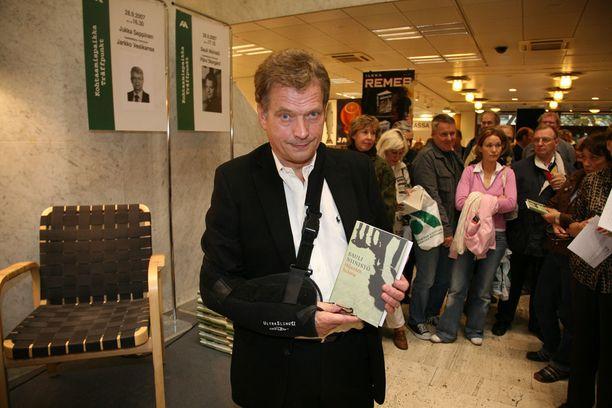 Presidentti on tehnyt uraa myös kirjailijana. Niinistö on kirjoittanut kaikkiaan kolme kirjaa. Vuonna 2007 hän promosi toista teostaan, Hiljaisten historia -novellikokoelmaa Akateemisessa kirjakaupassa Helsingissä.