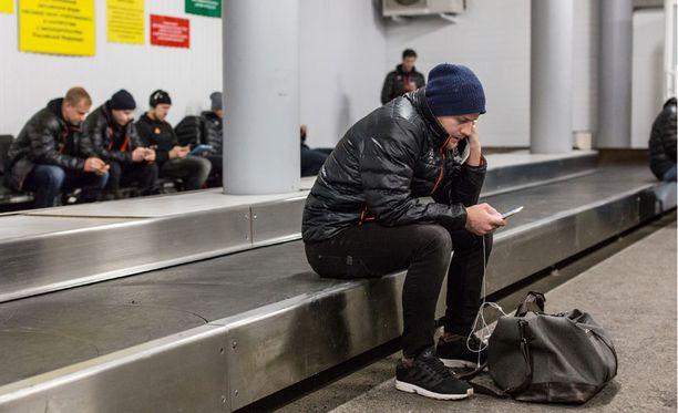 Linus Omark ja Jokerit joutuivat odottelemaan Ufan lentoasemalla - jouduttuaan ensin odottelemaan sinne laskeutumista.