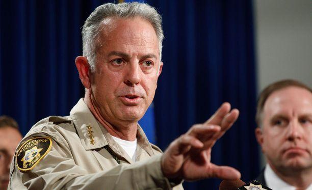 Seriffi Joseph Lombardo on pitänyt jo useita tiedotustilaisuuksia Las Vegasin joukkoampumisesta.