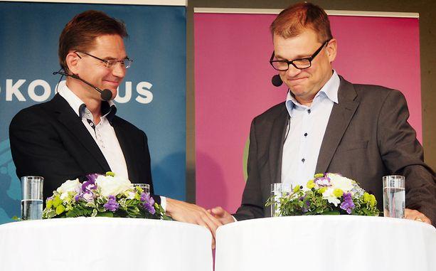 Puheenjohtajat Jyrki Katainen (kok) ja Juha Sipilä (kesk) paiskasivat kättä Mikkelissä elokuussa.