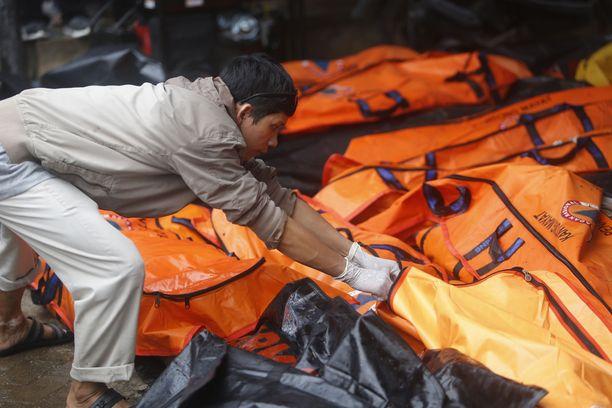 Tsunamissa kuolleiden ruumiit kerätään tietyille alueille.