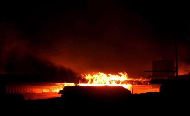 Tulipalo tuhosi kokonaan varaston ja siellä olleet valmiit hirsiaihiot sekä talohirsien tuotannossa käytetyn höylän.
