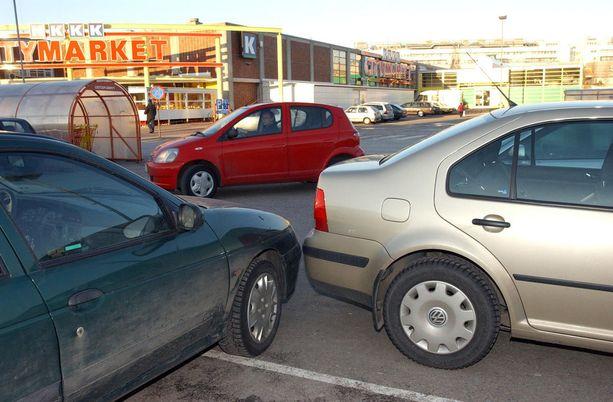 Parkkipaikoilla sattuu eniten korvattavia törmäyksiä.