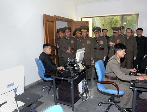 Kim Jong-un on valjastanut tuhansia hakkereita hankkimaan Pohjois-Korealle kovaa valuuttaa, joita maa käyttää hankkiakseen tarpeellista tekniikkaa esimerkiksi varusteluohjelmaansa. On väitetty, että Pohjois-Korea hankkii neljäsosan ulkomaanvaluutastaan verkkorosvouksella.