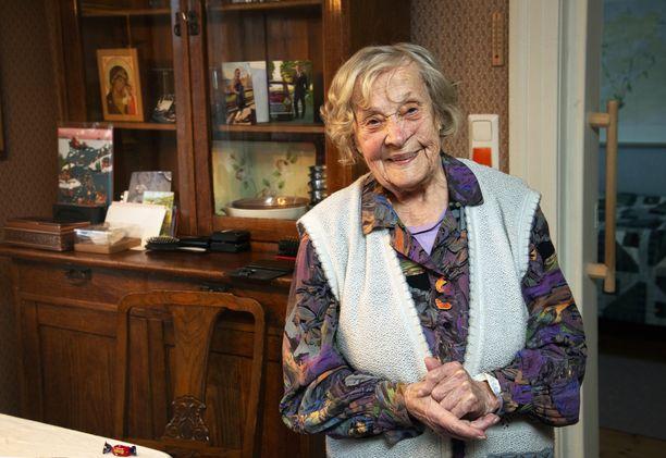 100-vuotias Laina Sarin kuvattuna kotonaan.