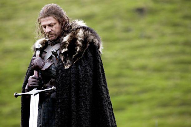 Ned Stark eli Eddard Stark kuoli ensimmäisellä tuotantokaudella. Mies yritti viimeiseen asti pitää huolta perheestään. Nedin kuoleman jälkeen sarjan keskiöön astuivat hänen lapsensa.