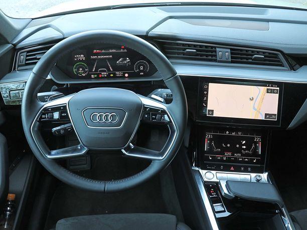 Tuttu Audin ohjaamo - kuin myönnytyksenä vaihdevipu on käden lepuuttajan vieressä oleva säädin.