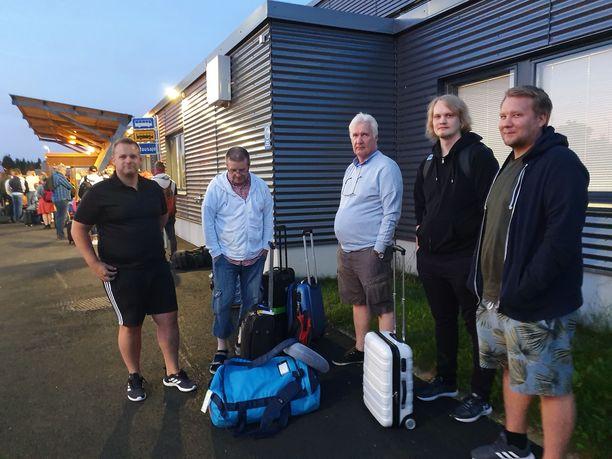 Järkyttyneet F1-fanit Erik, Hannu, Jari, Pyry ja Osku lähtivät allapäin Budapestiin. Miehet arvostelivat lentokentän huonoa tiedotusta.