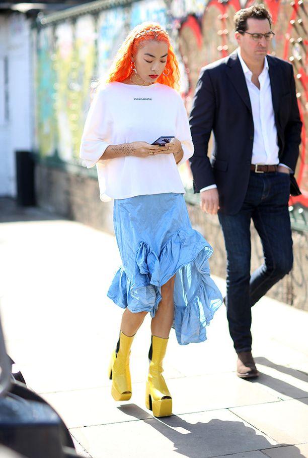 Vedä tyyli överiksi: oranssi tukka, kirkkaankeltaiset jumbopohjakorkkarit ja baby blue röyhelöhame.