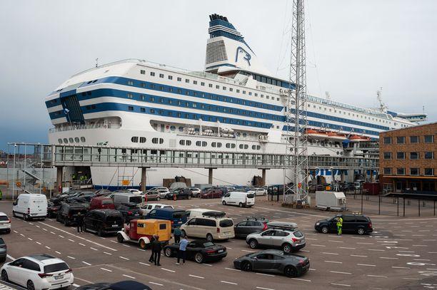 Tallink Siljan johtajat joutuvat syytteisiin järjestyksenvalvojien rekrytoinnin epäselvyyksistä. Arkistokuva Olympiaterminaalilta Helsingin Eteläsatamasta.