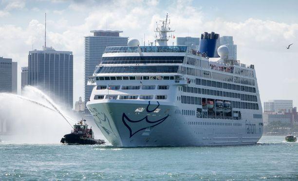 Risteilyalus Adonia lähti Yhdysvaltain Miamista kohti Kuubaa.