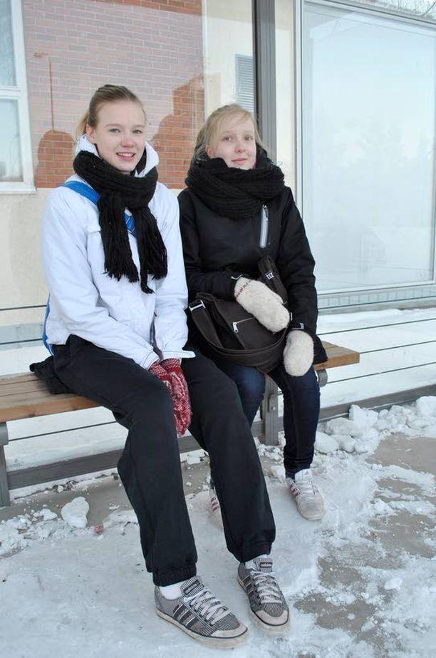 PIPOT LAUKUSSA Yhdeksäsluokkalaiset Lotta Kymäläinen, 16, (vas.) ja Anne Ruuska, 15, palelevat linja-autopysäkillä Äänekoskella. Pipot ovat laukussa, toppahousut vieressä ja tennarit jalassa. - Isä kyllä käski laitta toppahousut aamulla, Lotta Kymäläinen sanoo.