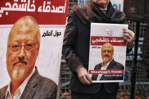 Ihmiset kantoivat Jamal Khashoggin kuvia mielenosoituksessa Istanbulissa 25. lokakuuta 2018.