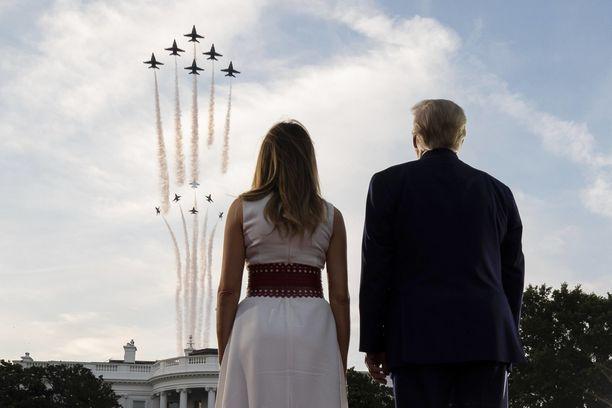 Kohta on aika Donald Trumpin ja hänen puolisonsa Melanian poistua Valkoisesta talosta. Samalla katoaa syytesuoja.
