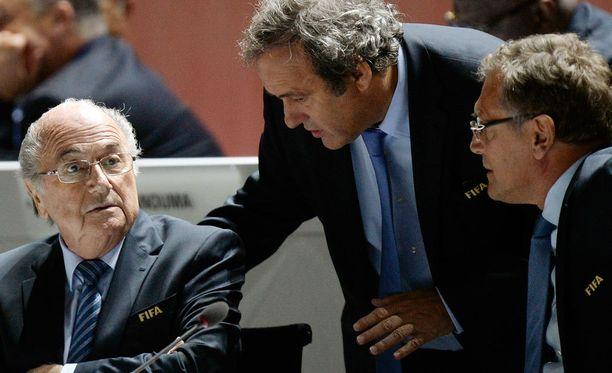 Sepp Blatter, Michel Platini ja Jerome Valcke eivät saa osallistua minkäänlaiseen jalkapallotoimintaan.