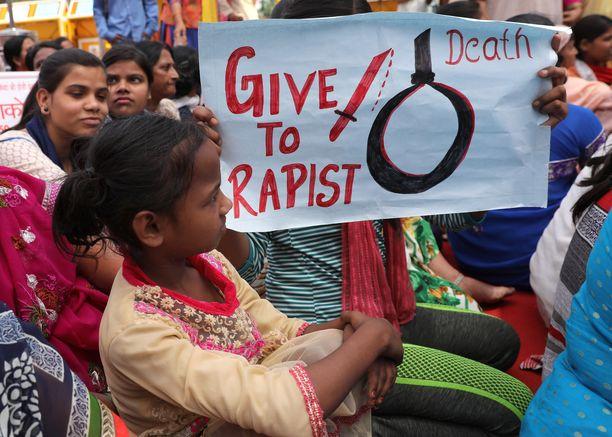 Intialaiset vaativat huhtikuussa tiukkoja toimia Uttar-Pradeshissa ja Kashmirissa raiskauksiin syyllistyneille.