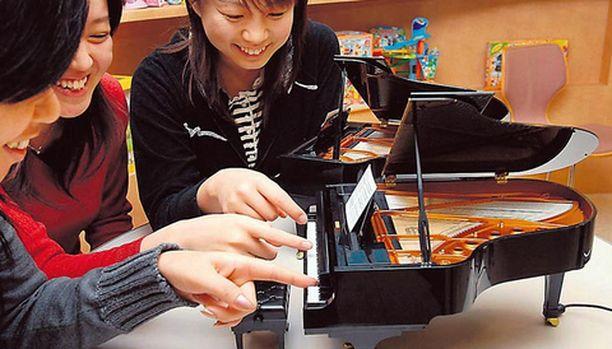 PIMPELIPOM Tässä joulun varma lahjahitti, maailman pienin piano. Japanilaisinsinöörien rakentama soitin lähtee mukaan reilulla 300 eurolla.