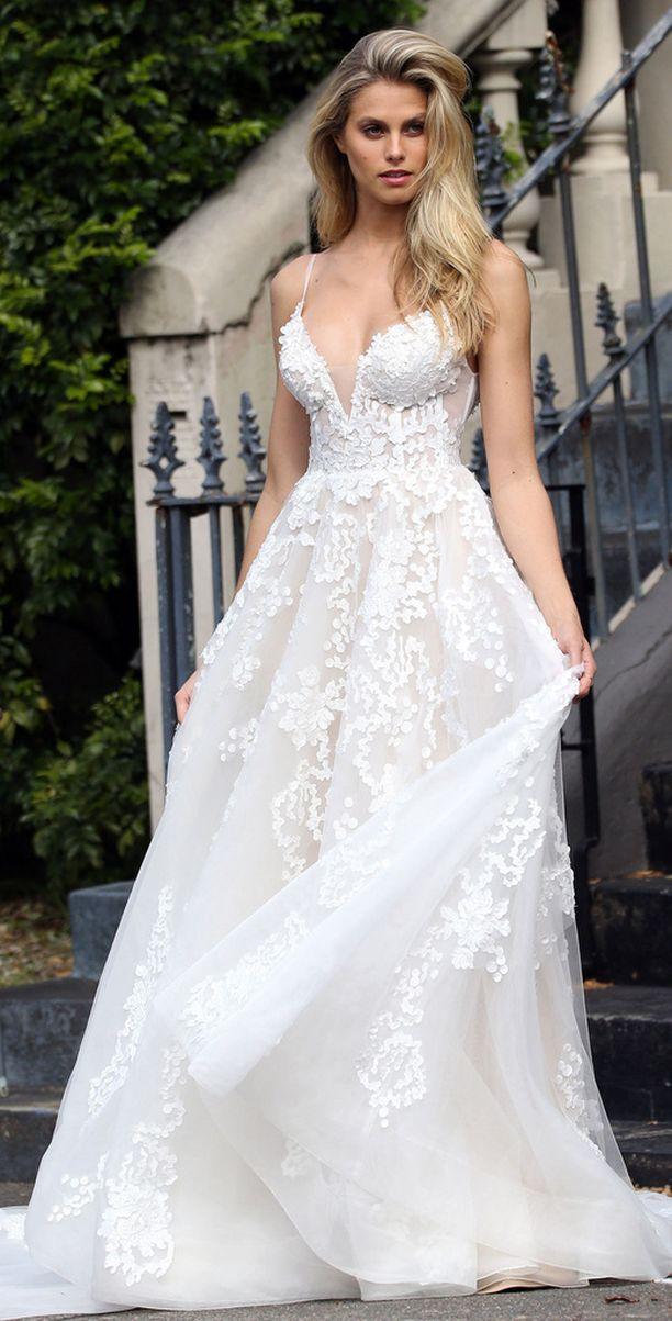 Kokovalkoinen mekko on yksi pahimmista häävieraan mokista. Varsinkin pitkähelmainen tai pitsinen versio.