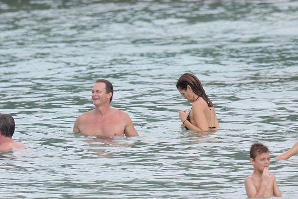 Cindy korjaili uima-asuaan meressä.