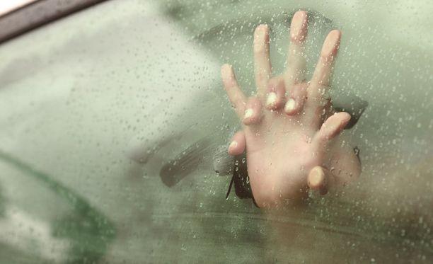 Hovioikeus katsoi, että 25-vuotias keravalaismies ja 15-vuotias tyttö olivat sukupuoliyhdynnässä autossa. Kuvituskuva.