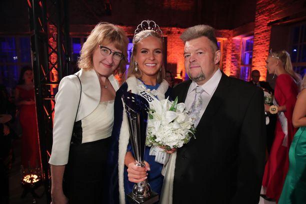Miss Suomi Alina Voronkova vanhempiensa kanssa.