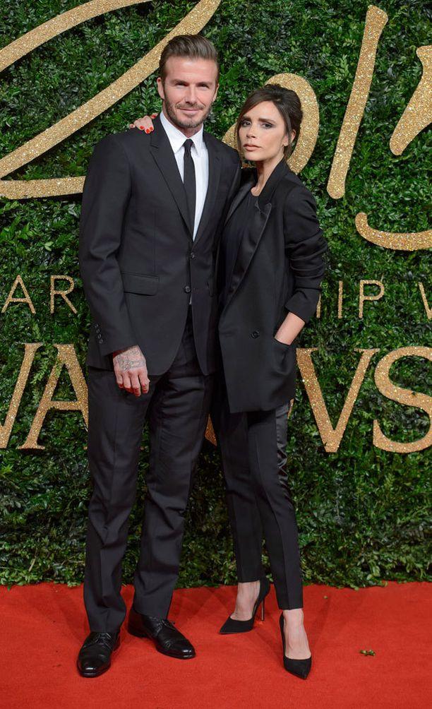 Victoria Beckham luotti oman mallistonsa pukuun. Mukana oli myös maailman paras asuste: aviomies David Beckham.