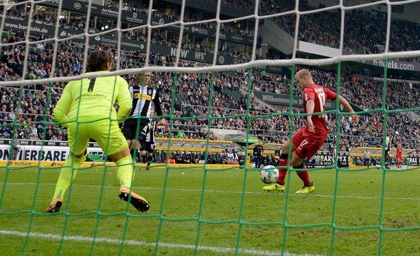 Joel Pohjanpalo iski 5-1-loppulukemat Mönchengladbach-vahti Yann Sommerin selän taakse.