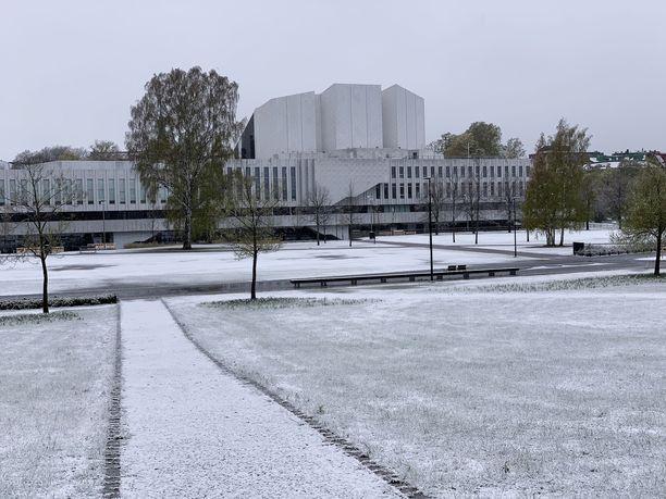 Maa oli perjantaina valkoisena myös Helsingin Finlandia-talolla.