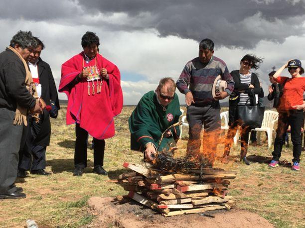 Pääministeri Juha Sipilä auttoi nuotion sytyttämistä Boliviassa vuonna 2017.