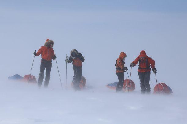 Suomalaiset hiihtivät etupäässä lämpimässä auringonpaisteessa, mutta matkalla kohdattiin myös reilua tuulta ja kovaa pakkasta. Grönlannin yläjäätiköllä matkan puolivälissä hupulle ja suojalaseille oli käyttöä.