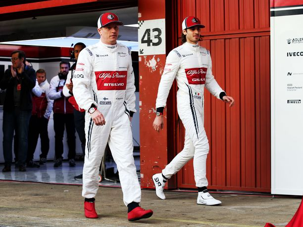 Kimi Räikkönen (vas.) antaa arvokkaita vinkkejä Antonio Giovinazzille.
