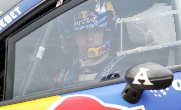Sébastien Ogierin WRC-tykki pysähtyi suomalaiseen puuhun.