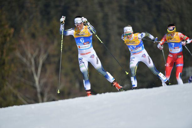 Charlotte Kalla ja Frida Karlsson törmäilivät naisten skiathlonissa.
