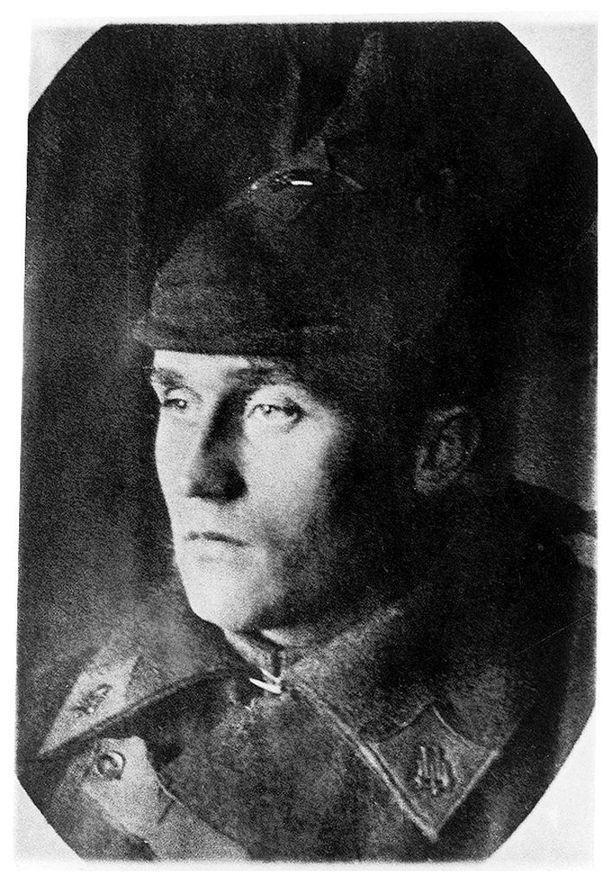 Eero Aarne Wuori palveli punaupseerina ja jäi komennuksella kiinni Suomessa 1.11. 1919. Wuori loi sittemmin uran SAK:n puheenjohtajana, suurlähettiläänä, ulkoministeriön poliittisen osaston päällikkönä ja tasavallan presidentin Urho Kekkosen kansliapäällikkönä.
