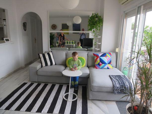 Vaaleat ja värikkäät kuosit sävyttävät Sannan ja Fransin kodissa niin olo- kuin makuuhuoneitakin.