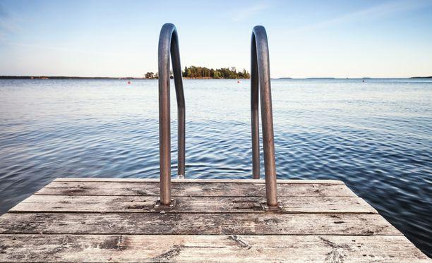 Tutkijan mukaan vedessä saattaa olla vielä sinileväesiintymän kadottuakin myrkkyjä jonkun aikaa.