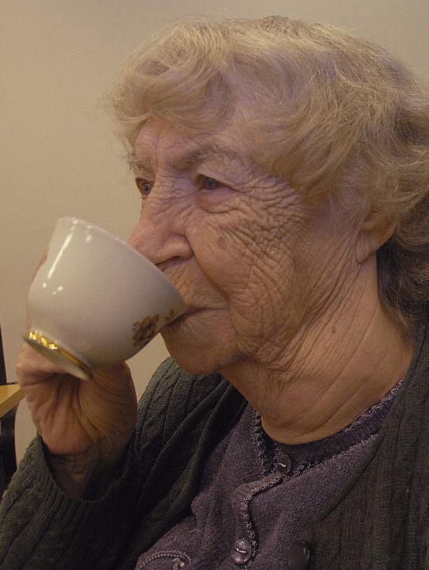 Kirsti Söderholm palaa korvikekahvin juojana omaan pula-ajan nuoruuteensa.