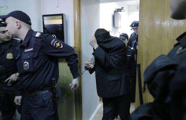 Yhtä epäillyista, Abror Azimovia, kuljetettiin oikeuteen Moskovassa tiistaina.