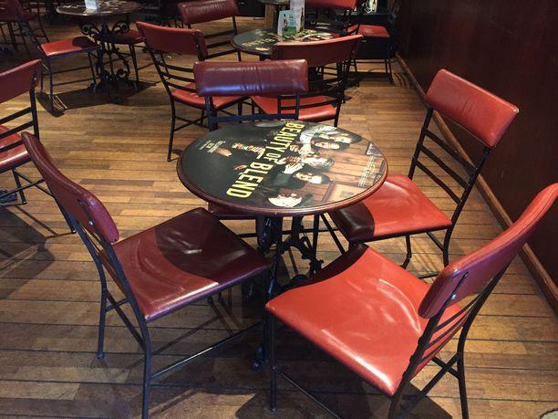 Kotiin voi hankkia pöytäryhmän, joka on aiemmin palvellut Old Port -pubissa.
