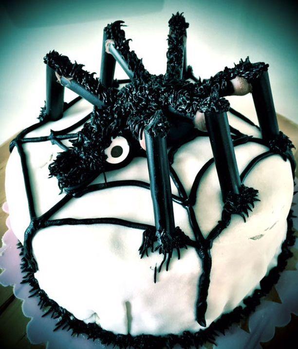 Hämähäkkikakku tarjoiltiin lapsen halloweenjuhlissa.