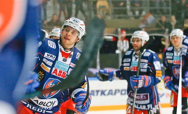 Jukka Peltola iski pikkumusta kahdesti Sportin maaliin.