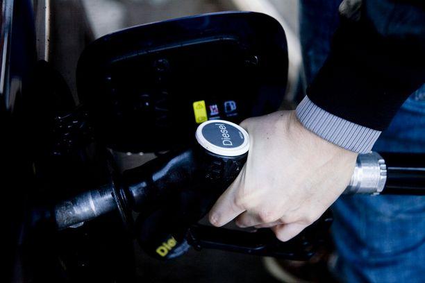 Dieselin litrahinnan nousu bensiinin rinnalle ja ohi toi dieselveron poistamista vaativalle kansalaisaloitteelle valtavan suosion.