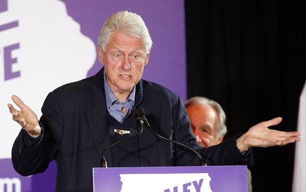 Ex-presidentti Bill Clinton kampanjoi demokraattin senaattoriehdokkaan Bruce Braleyn puolesta Iowassa.
