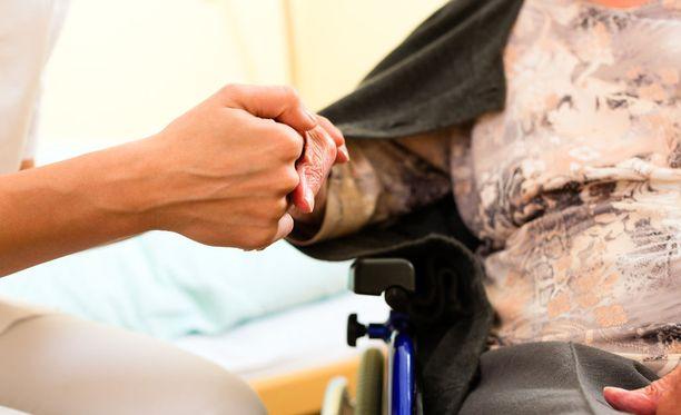 Hoitaja kertoo, millaisia vaaratilanteita alhainen hoitajamitoitus aiheuttaa. Kuvituskuva.