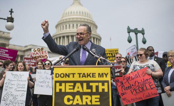 Terveydenhuollon uudistusta vastustettiin mielenosoituksissa.