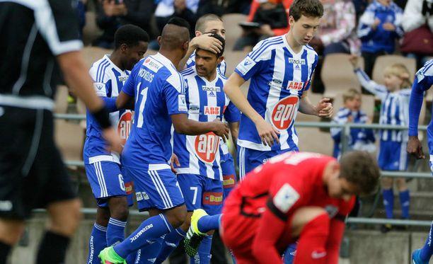 HJK:n Nikolai Alho (keskellä) ottaa onnitteluja vastaan maalistaan.