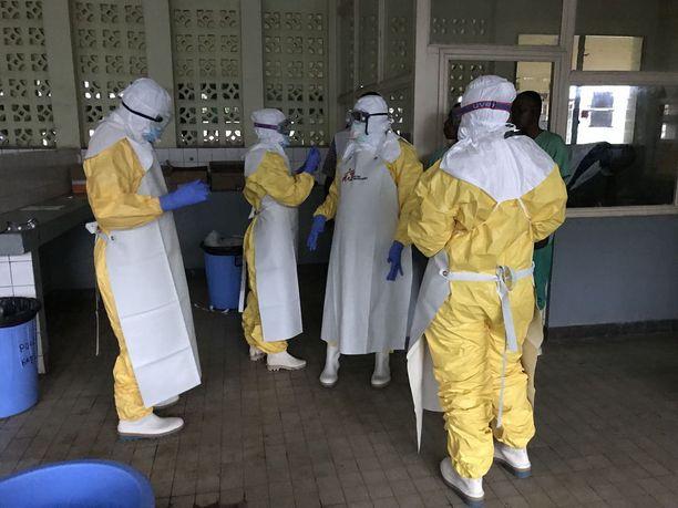 MSF:n tiimi hoitaa potilaita eristetyissä tiloissa Mbandakan suurkaupungissa sijaitsevassa sairaalassa.