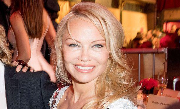 Pamela Anderson puhuu miessuhteistaan avoimesti.