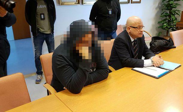 Vuonna 1994 syntynyt tamperelainen mies vangittiin 31.3. todennäköisin syin epäiltynä 40-vuotiaan miehen surmasta joulukuun lopulla 2014 Tesomalla.