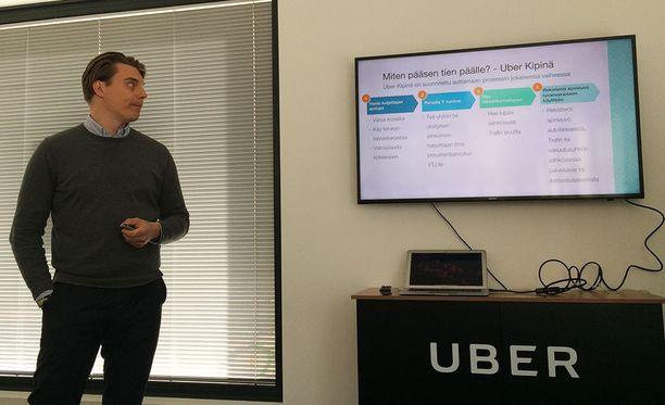 Uberin maajohtaja Joel Järvinen esittelee, kuinka kuljettajaksi voi ryhtyä. Tarvittavat luvat maksavat noin 300-400 euroa.